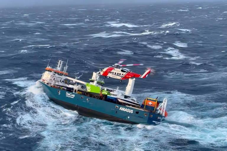 O navio holandês Eemslift Hendrika na costa da Noruega