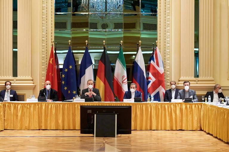 Diplomatas da União Européia, China, Rússia e Irã no início das negociações nesta terça-feira (6) num hotel em Viena