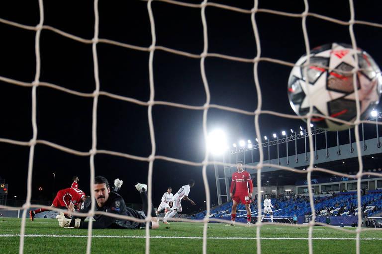 Foto aberta mostra bola entrando na rede