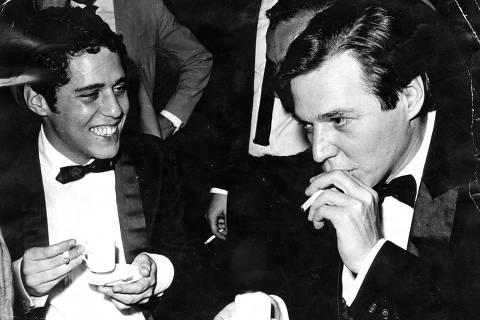 LOCAL DESCONHECIDO, 1968: Música: o cantor e compositor Chico Buarque de Hollanda (à esq.) e o compositor Tom Jobim. (Foto: Folhapress)