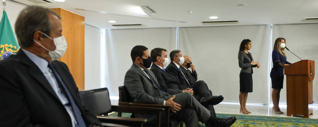 Valdemar Costa Neto (à esquerda, de máscara branca) assiste à posse da deputada Flávia Arruda (PL-DF) como ministra da Secretaria de Governo no Palácio do Planalto nesta terça-feira (6)