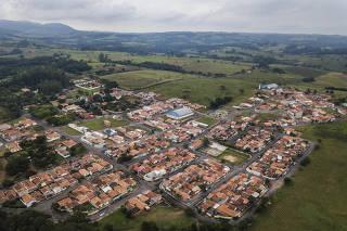 Vista da  cidade  de  Corumbatai (cerca de 200 km de distancia para Sao Paulo) de 4.000 habitantes  para dimensionar 4.000 vidas  perdidas no Brasil  por dia para a Covid.