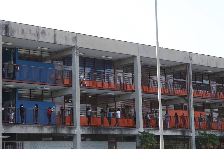 Profissionais de educação da rede municipal fazem fila para teste da Covid em SP