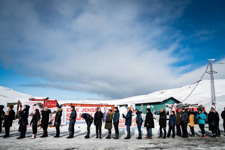 Eleitores fazem fila para votar em Nuuk, capital da Groenlândia
