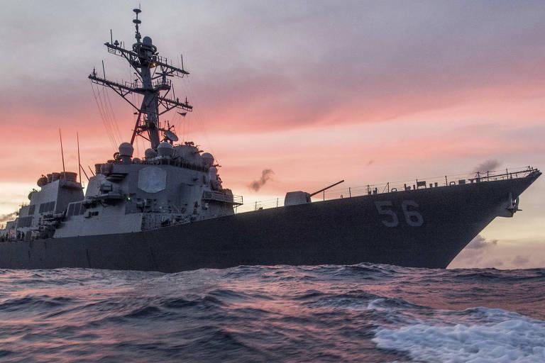 O destróier USS John S. McCain, que passou pelo estreito de Taiwan nesta quarta (7), no mar do Sul da China