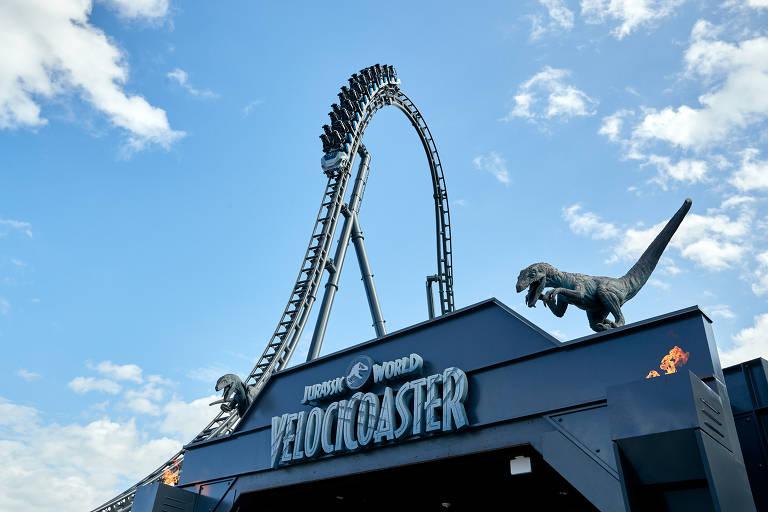 Entrada de montanha russa com dinossauro