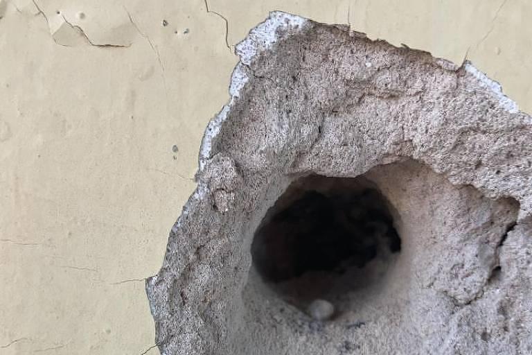 Buraco aberto em parede de UPA de Mococa após ação de criminosos na cidade