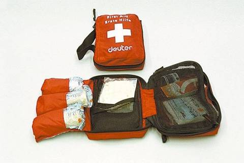 ORG XMIT: 554801_0.tif Kit de Primeiros Socorros, que traz luvas, ataduras, compressas, esparadrapos e curativos. O produto pode ser encontrado na loja Half Dome. (São Paulo, SP, 21.07.2004. Foto de Roberto Assunção/Folhapress. Negativo 200408825)