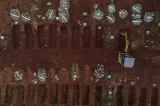Abertura de valas no cemitério de Vila Formosa