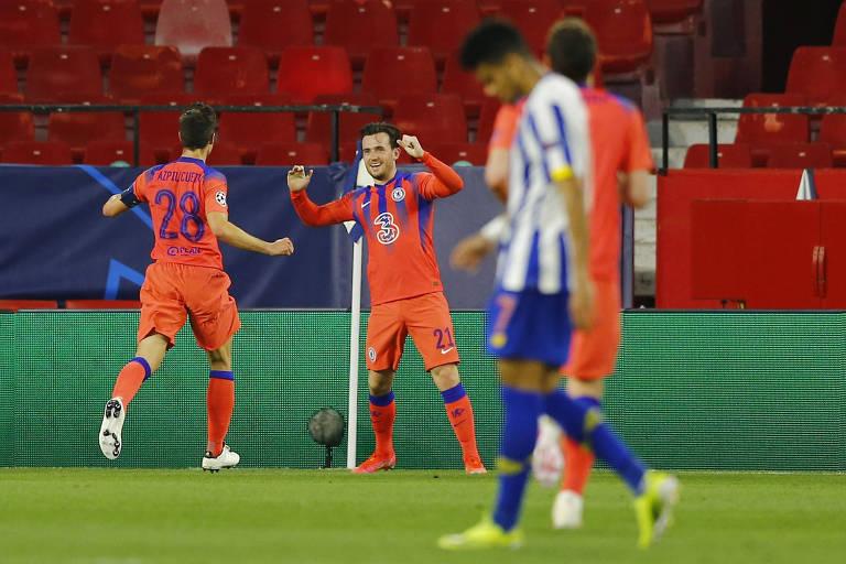 Ben Chilwell comemora o segundo gol do Chelsea diante do Porto, em Sevilha