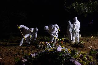Profissionais do serviço funerário falam sobre como aumento de mortes pela Covid-19 mudou suas rotinas