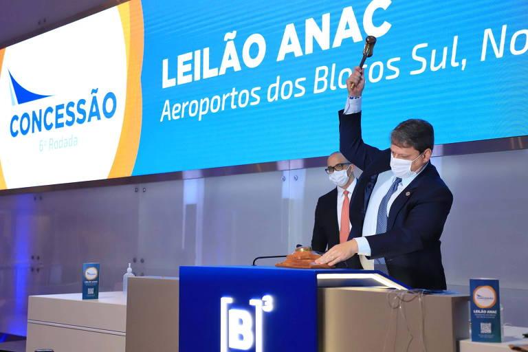 O ministro Tarcísio Freitas bate o martelo no leilão de aeroportos desta quarta-feira (7); Vinci Airports e Companhia de Participações em Concessões foram as vencedoras da sexta rodada