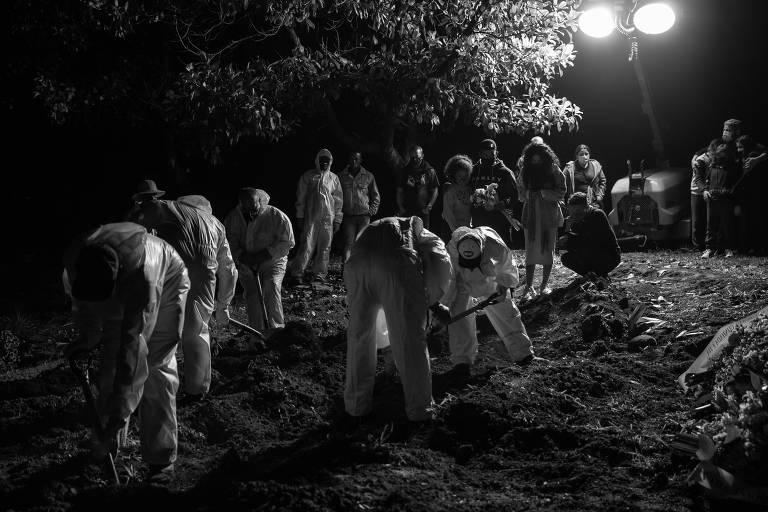 Corpos são enterrados à noite em cemitério da zona leste de SP