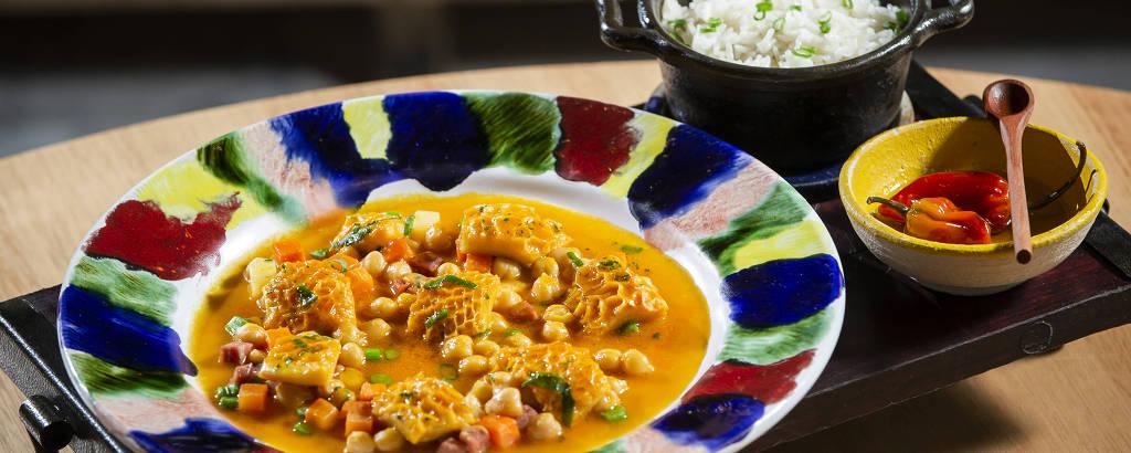 A dobradinha com caldo de grão de bico, paio, legumes e arroz cozido do restaurante Modi Gastronomia