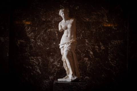 A picture taken on January 8, 2021 at the Louvre Museum in Paris shows the Venus of Milo sculpture in an empty hall, as the Museum remains closed due to the sanitory situation. - The Louvre suffered the full impact of the Covid-19 pandemic in 2020, suffering a drop in attendance of 72% compared to 2019, and a loss of revenue of more than 90 million euros, the museum announced on January 8, 2021. (Photo by Martin BUREAU / AFP)
