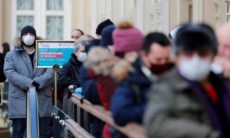 Pessoas em fila para receber dose da vacina Sputinik V em Moscou, na Rússia; país afirma que vacinará turistas a partir de julho