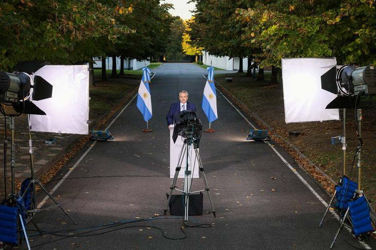 O presidente da Argentina, Alberto Fernández, durante pronunciamento realizado no jardim da residência de Olivos
