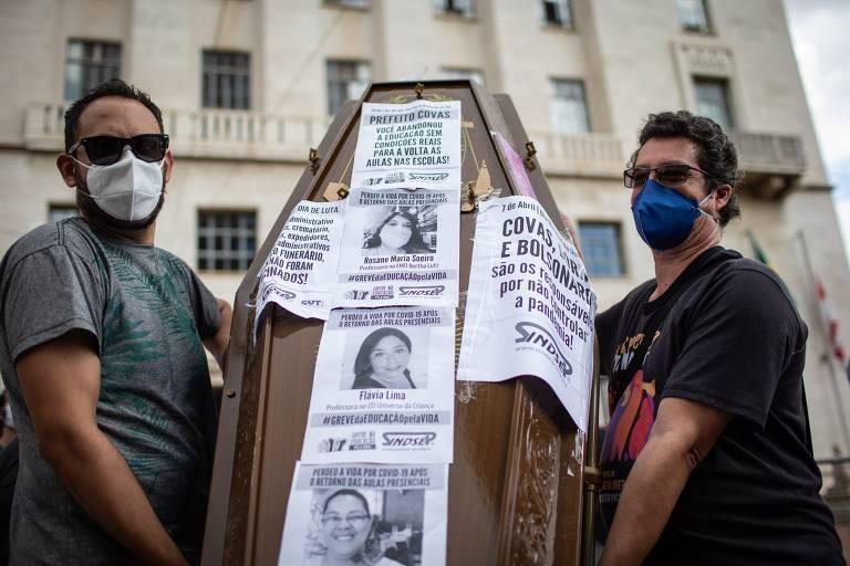 Servidores municipais levam caixão para porta da prefeitura de SP