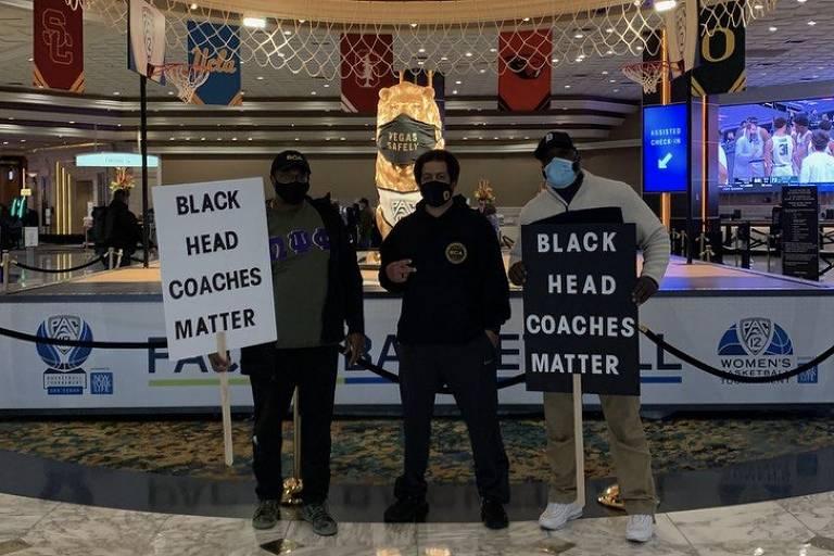 Lou Riche (ao centro), treinador de basquete dos Estados Unidos, cobra maior espaço para os negros no esporte