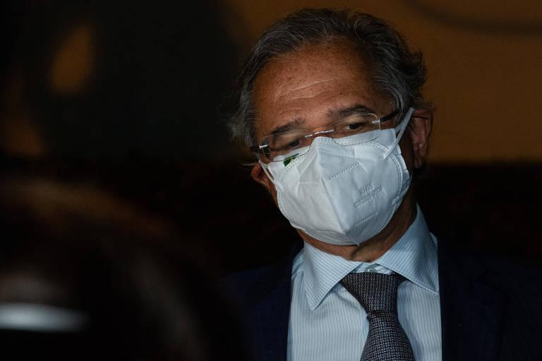 Homem com máscara branca