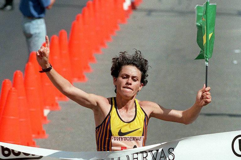 Roseli Machado cruzando a linha de chegada da corrida de São Silvestre em 1996