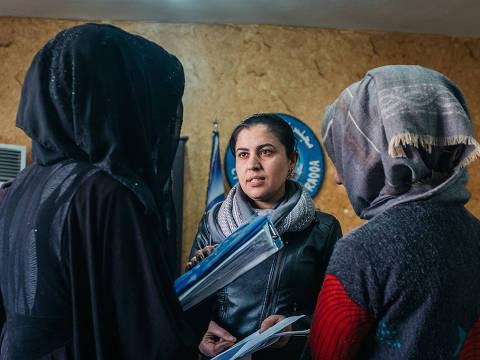 """Em """"9 Dias em Raqqa"""", uma escritora tem apenas 9 dias para conviver com a prefeita da cidade síria para escrever sobre sua vida"""