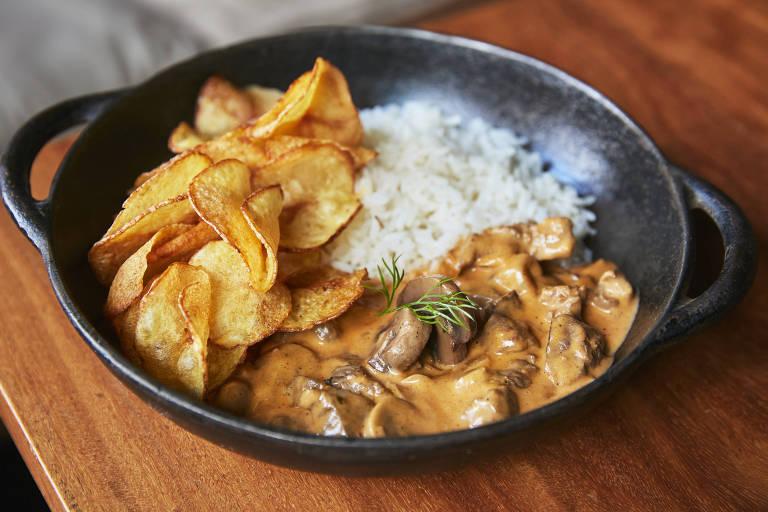 Estrogonofe de carne com batata chips é novidade no delivery do Cortés Asador