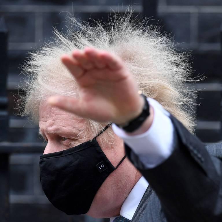 O premiê de máscara preta com os cabelos completamente espetados, parecendo um porco-espinho