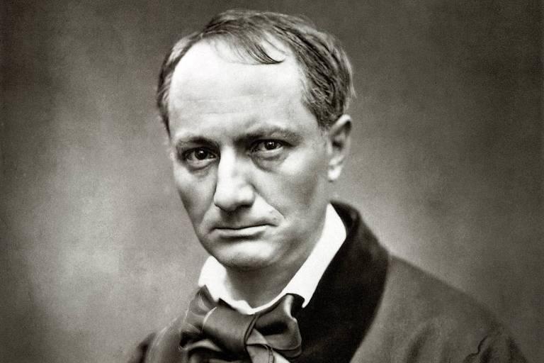 """Retrato do poeta francês Charles Baudelaire (1871-1867), autor de """"As Flores do Mal""""; é um homem com fronte ampla boca fina e olhar sério, que usa uma camisa branca e uma veste cinza, com uma gravata de laço"""