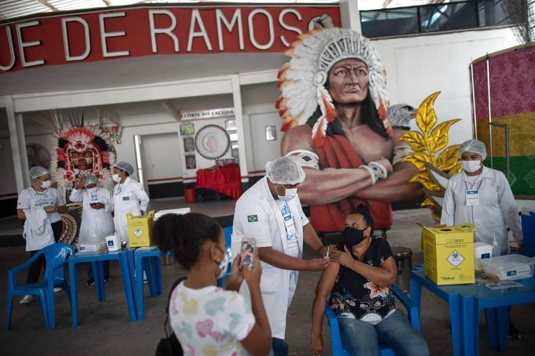 Vacinação em escola de samba do Rio, campanha eleitoral no Peru e protestos de artistas na França; veja fotos de hoje