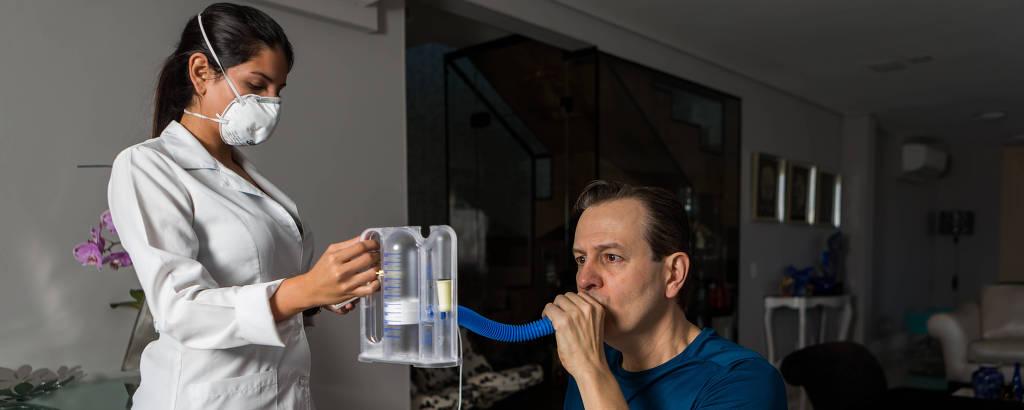 O apresentador Celso Zucatelli faz fisioterapia para recuperar capacidade pulmonar