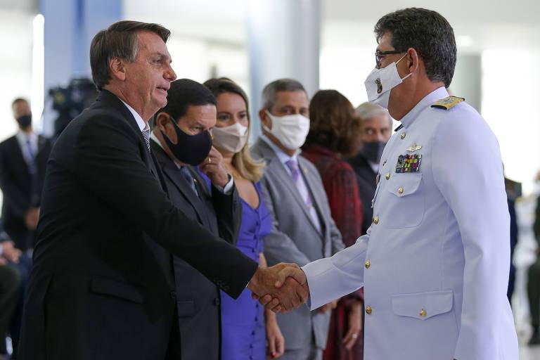 A generais Bolsonaro repete 'meu Exército' e diz que ele e militares sempre irão agir dentro da Constituição