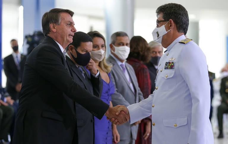 No auge da pandemia, Bolsonaro aperta a mão de militares e tira a máscara