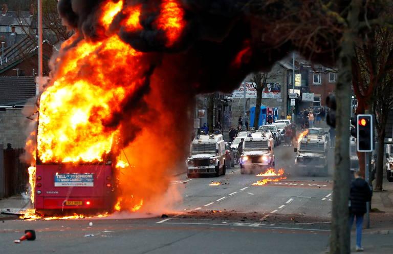 Manifestantes atearam fogo em noite mais violenta até aqui nos protestos em Belfast, na Irlanda do Norte