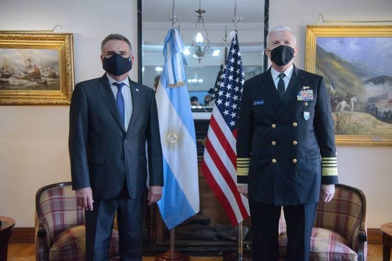 O ministro da Defesa da Argentina, Agustín Rossi, ao lado do almirante Craig Faller, chefe do Comando Sul dos EUA, em Buenos Aires