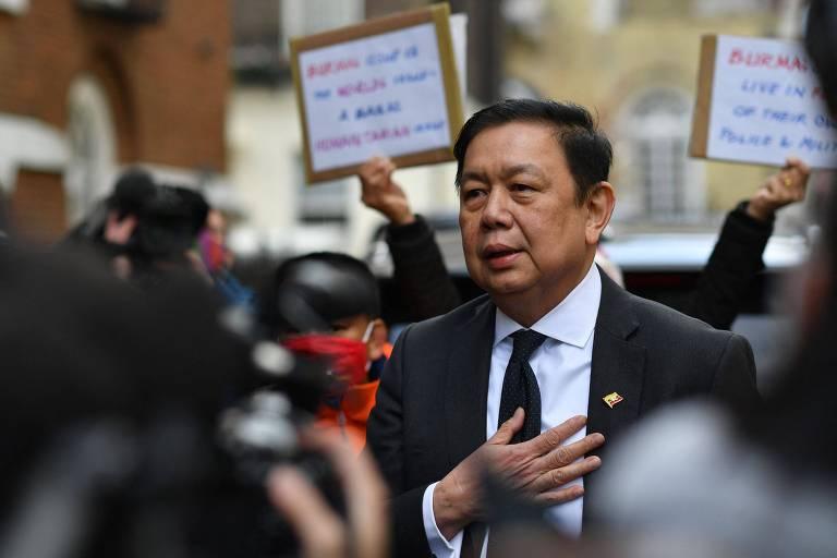 Embaixador de Mianmar em Londres, Kyaw Zwar Minn, do lado de fora da embaixada do país asiático em Londres