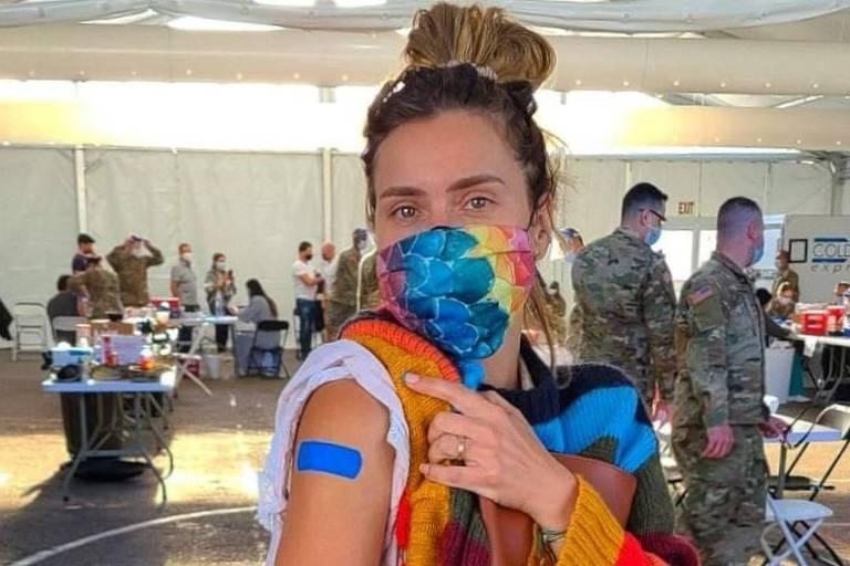 Carolina Dieckmann vacinada nos EUA