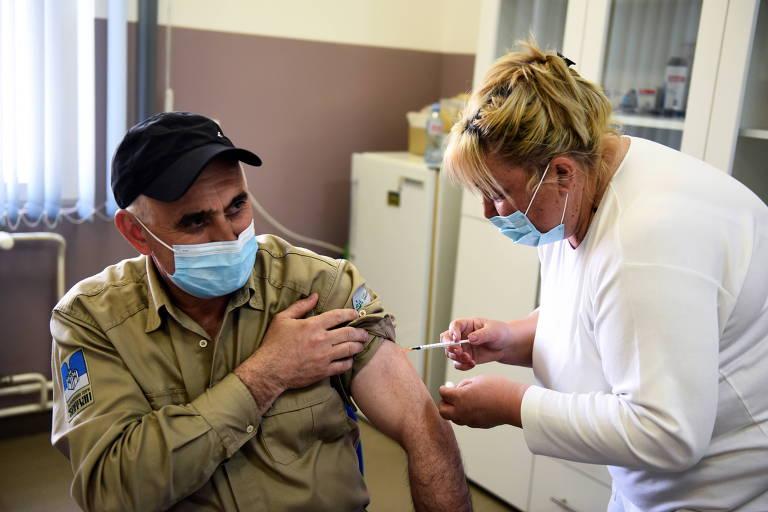 Enfermeira aplica dose de vacina contra a Covid-19 em centro de saúde na cidade de Rudna Glava, na Sérvia
