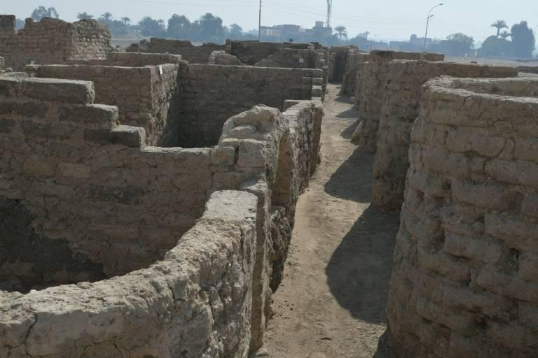 """o sítio arqueológico da """"Cidade de Ouro Perdida"""" em Luxor, Egito. Uma missão arqueológica egípcia anunciou na quinta-feira a descoberta de uma """"Cidade de Ouro Perdida"""" de 3.000 anos na cidade egípcia de Luxor, rica em monumentos"""