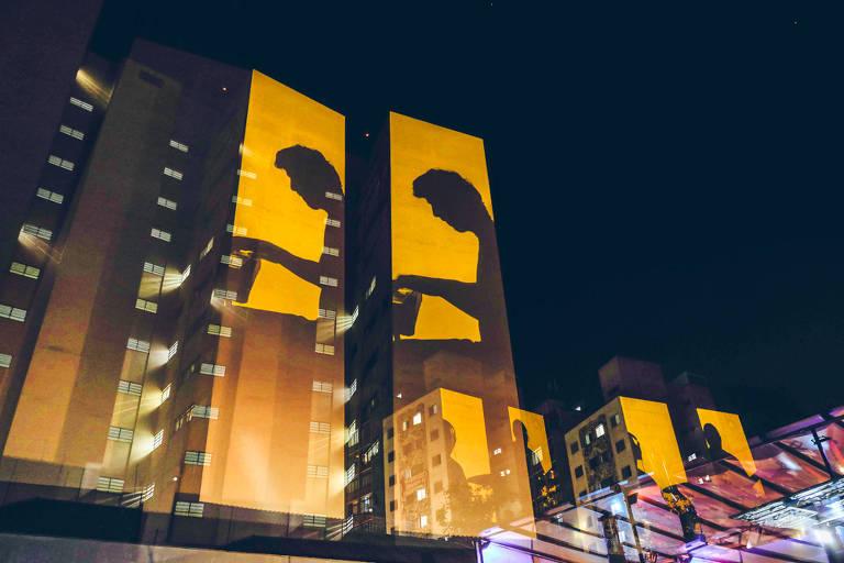 Projeção nas fachadas de prédios da rua Augusta