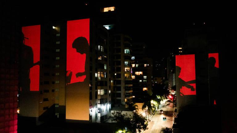 Projeções de vídeos nas fachadas de prédios da rua Augusta