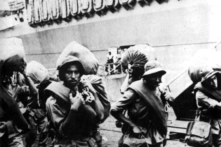 Grupo de soldados brasileiros embarcam no Rio de Janeiro para Nápoles, na Itália, para integrar a Força Expedicionária Brasileira na Segunda Guerra