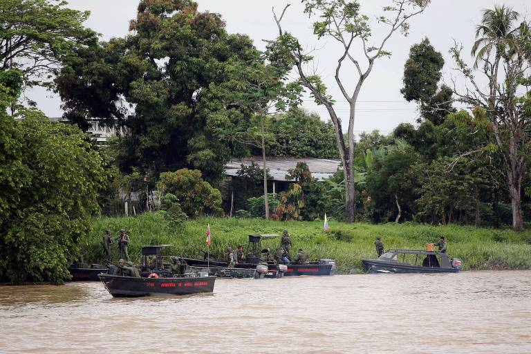 Soldados venezuelanos patrulham de barco trecho do rio Arauca, na fronteira entre Venezuela e Colômbia