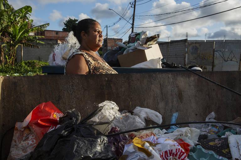 Em Parelheiros, moradores buscam doações e até comida em caçambas de lixo