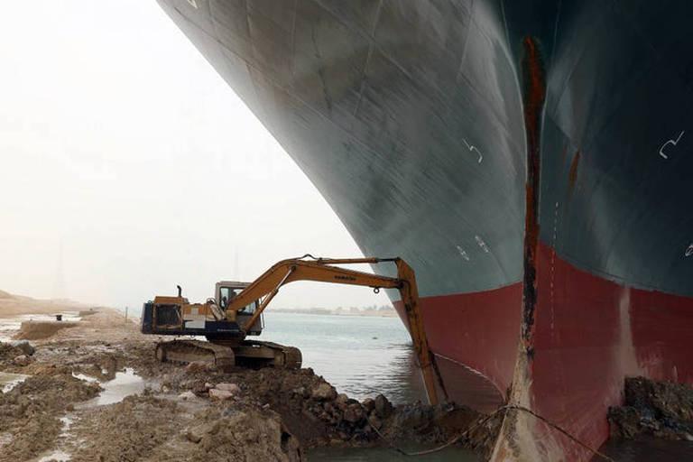 Operador de escavadeira diz que não curtiu memes sobre navio encalhado em Suez