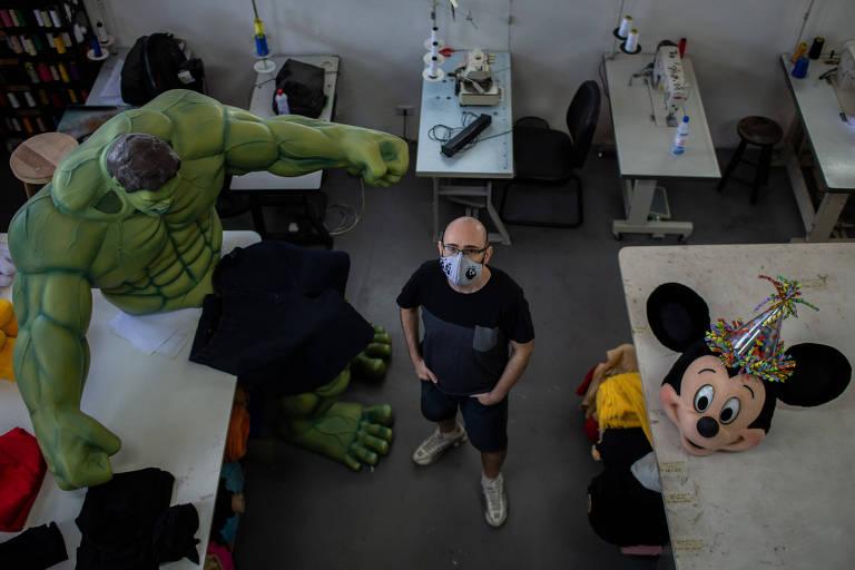 O empresário Fábio Amorim posa ao lado de uma fantasia do Incrível Hulk em seu estúdio