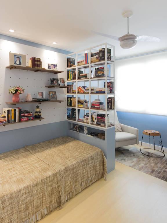 Estante usada como divisória em quarto com cama de solteiro