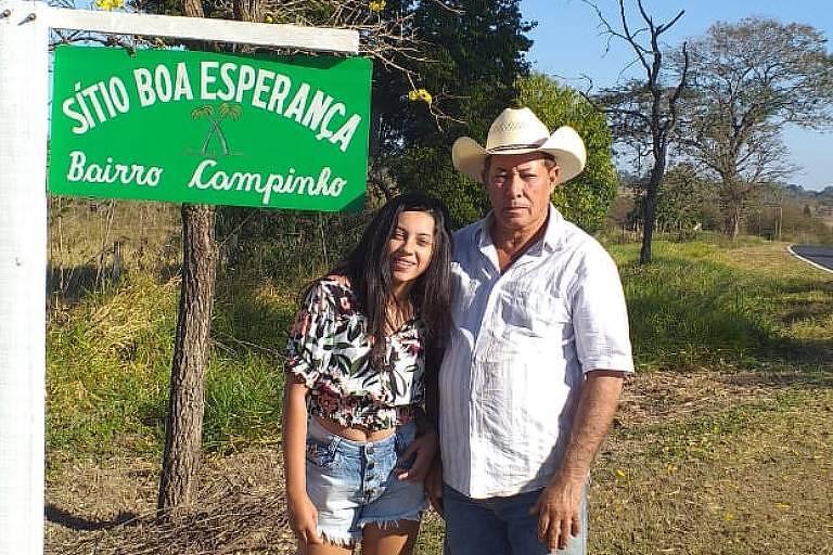José Ferreira, 67, ao lado da neta em seu sítio