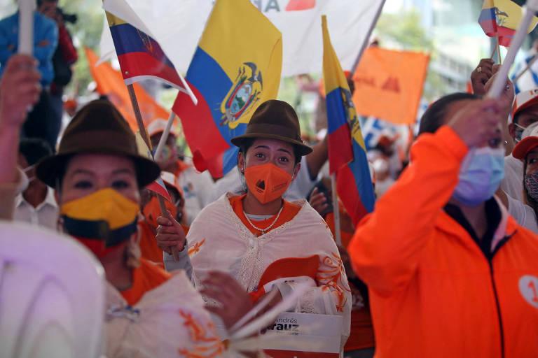 Apoiadores do candidato à Presidência do Equador Andrés Arauz durante evento de campanha em Quito