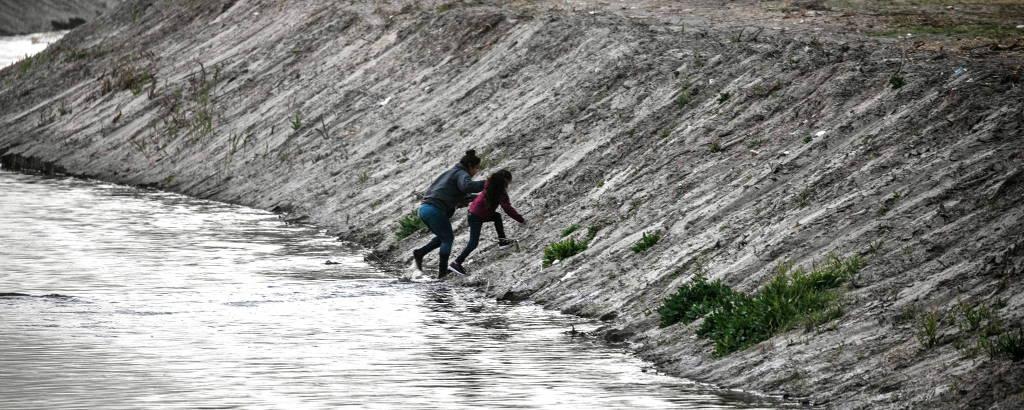 Migrantes deixam a Ciudad Juarez, no México, e cruzam rio Grande para chegar aos EUA